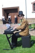 Karel hraje na svatbě ve Vinoři